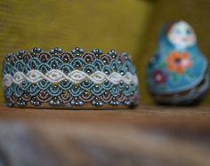 Un unico macrame Bracciale in colore verde fresco. Nel braccialetto arancione perline sfaccettate elaborati, questo dà il braccialetto un giocoso ma anche un elegante look. Ogni braccialetto è unico nel suo genere ed è artigianale.  Bracciale è annodato di cavo c-lon, si tratta di un materiale forte con una lunga durata.  Il bracciale è regolabile in dimensione 34 a 15 cm e larghezza di 2 cm.  Ogni Bracciali è un unico e fatto a mano pezzi di gioielleria.