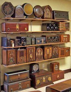 Old, rare examples of art deco radios. what a treasure Poste Radio Vintage, Vintage Tv, Vintage Antiques, Vintage Decor, Radio Antique, Objets Antiques, Retro Radios, Art Deco, Displaying Collections