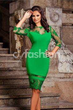 Fii in trend si alege sa porti aceasta rochie midi verde deschis cu broderie cu aplicatii de paiete!