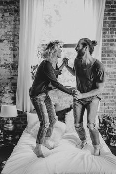 This sweet and casual pillow fight photo shoot is super fun and features fresh popcorn, the couple sharing a good read, and tons of kisses! Photo Couple, Couple Shoot, Pillow Fight, Couple Pictures, Family Pictures, Engagement Shoots, Fall Engagement, Couple Photography, Children Photography