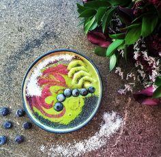 Blueberry kale swirl smoothie bowl