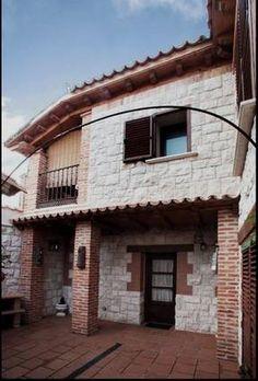 VALLADOLID, TORRELOBATON. Habitaciones 5. Casa rural Torrelobatos. Casa señorial en piedra y madera que dispone de cinco dormitorios con baño, balcones con troneras, salón con chimenea y zona estar, cocina totalmente equipada y patio con porche y barbacoa. Situado en plena #Ruta_de_los_Castillos (a 500 m. del castillo de la localidad), en una zona muy rica en patrimonio e historia. Se encuentra a medio camino entre #Tordesillas y #Medina y a 20 min de la capital. #casa_grande_en_Vallodolid