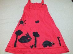 Rien ne sert de courir; il faut partir à point... voici une robe taille 42 en lin doublé coton customisée en feutrine cousue thème le lièvre et la tortue . Le lièvre tranquillement installé dort dans son hamac sur de lui .Allons bon des bouteilles gisent en bas de l'arbre (qu'a t'il pu boire ça??)et la tortue elle court (enfin marche) le plus rapidement possible!   http://www.alittlemarket.com/boutique/chouettes_contes_et_cie-863193.html