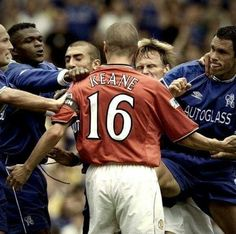 This man truly would of took on everyone! Roy Keane, what a legend. Football Icon, Retro Football, Football Memes, Football Photos, Manchester United Team, Man Utd Fc, Roy Keane, Eric Cantona, Premier League Champions