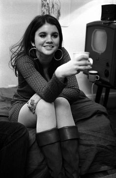 Linda Ronstadt photographed by Elliott Landy - I've never seen a picture of Linda Ronstadt when she was this young. IIRC, some of the Eagles were in her band to start with, is that true? She is part Mexican, and she has the earrings to prove it - I mean that in the best possible way