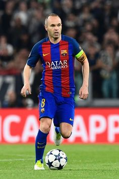 Barcelona's midfielder Andres Iniesta controls the ball during the UEFA Champions League quarter final first leg football match Juventus vs Barcelona, on April 11, 2017 at the Juventus stadium in Turin. / AFP PHOTO / MIGUEL MEDINA