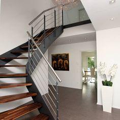 Auf homify findest du die schönsten Ideen zu Flur & Treppe. Lass dich von unzähligen Fotos inspirieren, um deine perfekte Treppe zu bauen.