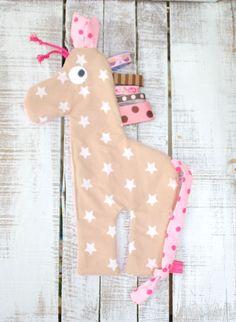 das etwas andere Tuch....  Kunterbuntes Schmuse-/Schnullertuch in Giraffenform mit Knisterohren und vielen Bändern zum fühlen mit Händchen und Mündchen.  Der lange Schwanz besteht aus...