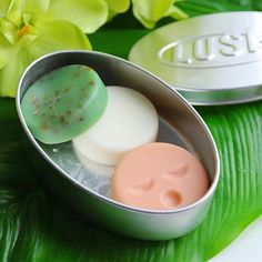 How to store packaging free products? Dress your naked goodies in reusable packaging! Storing plastic-free gems like Naked Cleansers is as easy as nabbing one of Lush's oval, round or square tins. Lush Cosmetics, Handmade Cosmetics, Lush Products, Free Products, Lush Bar, Lush Aesthetic, Lush Shampoo Bar, Lush Store, Lush Bath Bombs