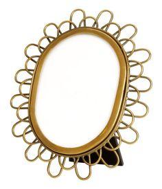 Ovaler Fotorahmen aus Metall. Stütze auf der Rückseite. Passend für Fotos bis zu 11x15 cm. Außenmaß 17x21 cm.