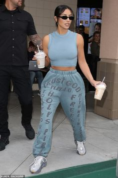 Kim Kardashian enjoys cheat day as she picks up two thick milkshakes Treating herself! Kim Kardashian was spotted leaving BurgerIM in Calabasas, armed with two thick milkshakes. Kim Kardashian Meme, Kim Kardashian Before, Kim Kardashian Wedding, Estilo Kardashian, Kardashian Photos, Kardashian Style, Kardashian Jenner, Kim Kardashian Closet, Kim Kardashian Yeezy