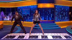 Tom Hanks e Sandra Bullock recriam cena famosa de filme em piano gigante: http://glo.bo/16ImqKT