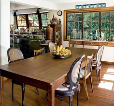 Antes da reforma, os moradores juntaram materiais de demolição de antigas fazendas, como janelas de madeira maciça e assoalho de peroba. Por isso, a cozinha integrada à sala de jantar ficou com estilo rústico. Projeto do arquiteto Alexandre Sodré