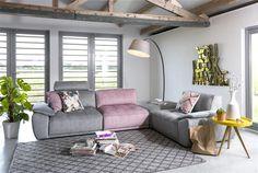 Déclinaison de gris et pastels pour ce salon. La douceur du canapé en velours côtelé contraste avec les matériaux, tout en bois et béton.