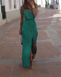 E vamos continuar curtindo e aproveitando o nosso verão 2017 lindamente ?? Qual a melhor peça para vestir nesse calor ?? Vestidos ?? É uma das melhores opções, uma única peça faz o look, para dar um charme e deixar o visual incrível, aposte nos acessórios.... A dica do look inspiração, é esse vestido na cor verde, de tecido leve, confortável com alça fina + sandalha baixa na cor dourada 😍😍 😎👗 Tenham todos um ótimo verão ☀️
