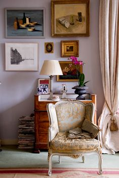 Traditional furniture mixed in with modern art creates a granny chic interior and eclectic feel. The floaty Amsterdam home of interior designer Rachel van der Brug is quite delicate and romantic, yet has a lovely relaxed feel. Canapé Design, House Design, My Living Room, Living Spaces, Ivy House, Beautiful Interiors, Interiores Design, Interior Inspiration, Interior And Exterior