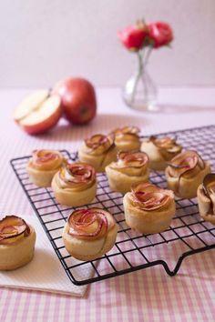 Tartelettes rosaces aux pommes.saupoudrer d un peu de sucre glace quand elles sont refroidies