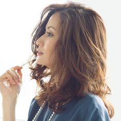 Domaniモデル歴がいちばん長い渡辺佳子が今、こんなに人気な理由って!? 抜群のスタイル、美しい笑顔はもちろんですが、彼女の運命が動き出したのは実は髪を切ってから。髪をかき上げるだけでいい女が薫る、そんな「佳子ヘア」にクローズアップ!