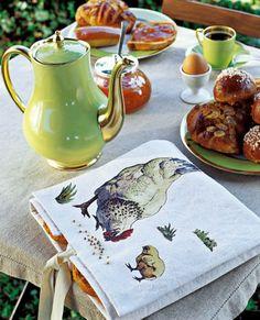 Une corbeille à pain ornée d'une poule / Easter Embroidery http://www.marieclaireidees.com/,une-corbeille-a-pain-ornee-d-une-poule,2610153,1435.asp