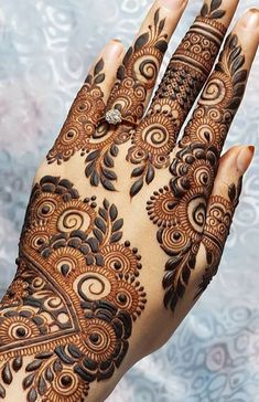 Simple Mehendi designs to kick start the ceremonial fun. If complex & elaborate henna patterns are a bit too much for you, then check out these simple Mehendi designs. Arabian Mehndi Design, Khafif Mehndi Design, Simple Arabic Mehndi Designs, Indian Mehndi Designs, Mehndi Designs For Girls, Stylish Mehndi Designs, Bridal Henna Designs, Mehndi Design Pictures, Beautiful Henna Designs