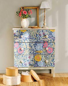 Detalle de cómoda revestida con papel pintado de flores