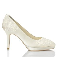 Zapato de novia en satín con pedrería de Menbur (ref. 5673) Satin bridal shoes by Menbur (ref. 5673)
