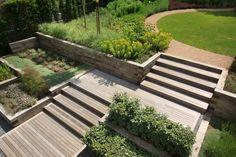 terrasse en bois dans le jardin à plusieurs niveaux