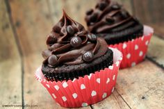 A little bit of Oreo plus a whole lot of yummy chocolate makes for one super delicious cupcake recipe at Sweet Rose Studio!