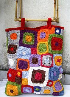 Bolsa com quadrados coloridos em crochet e alça de bambu. Dimensôes da bolsa: Comprimento: 42 cm Largura : 36 cm  Alça: 28 x 24 cm R$120,00