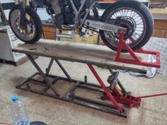 Hello, Here is my latest work or adition on my garage, is a bike lift. madeathomestuff: Homemade bike lift If any one has an idea on how to release Motorcycle Lift Table, Bike Lift, Motorcycle Workshop, Motorcycle Trailer, Motorcycle Garage, Garage Bike, Garage Tools, Metal Projects, Welding Projects