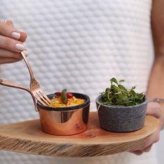 Casquinha de siri ao dendê com saladinha de coentro para um jantar brasileiro especial #buffetzest pratinhos de madeira que a @dfilipa fez especialmente para nós e as charmosas panelinhas de cobre by buffetzest