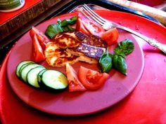 Prinsessä Nautasikaan kasviskeittokirja 2015: Pääsiäisruokaa: Grillattua halloumia ja tomaatteja