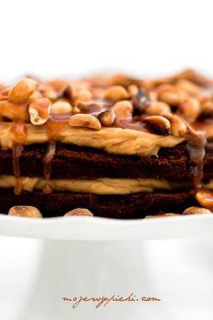 Torcik brownie z kremem fistaszkowym i karmelem