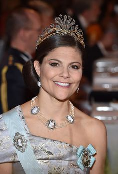 Crown Princess Victoria was a picture of elegance in her mauve and gold ball gown, beautifully accessorized with glittering jewels, a pearl necklace and a diamond clutch