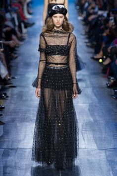 Christian Dior Fall 2017 Ready-to-Wear Collection Photos - Vogue Haute Couture Style, Couture Mode, Couture Fashion, Dior Fashion, Fashion 2017, Runway Fashion, Fashion Trends, Christian Dior, Fashion Week Paris