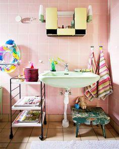 Todo charme de um banheiro colorido. Veja mais: http://www.casadevalentina.com.br/blog/materia/banheiros-coloridos.html  #banheiro #bathroom #cor #color #modern #creative #criativo #decoracao #decor #interior #design #pink #rosa #casadevalentina
