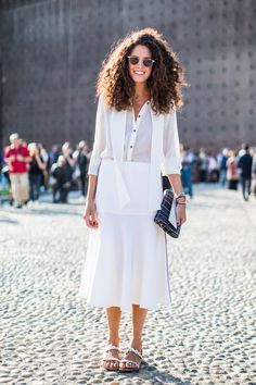 We take a look at the best street looks as seen on the streets of Milan during Fashion Week. Images by Sandra Semburg. Curly Hair Tips, Short Curly Hair, Curly Girl, Biracial Hair, Look Street Style, Cool Summer Outfits, Weekend Outfit, Looks Vintage, Mode Inspiration
