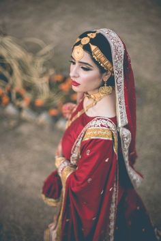 What a simple yet gorgeous bridal outfit.Photography: A Small Shutter