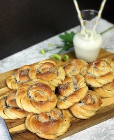 Saftiga Vanilj- och kardemummabullar | Zofias Kök | Allt om Mat Vanilj, Baking Recipes, Sweet Tooth, Cheesecake, Rolls, Sweets, Desserts, Healthy Baking, Cooking Recipes