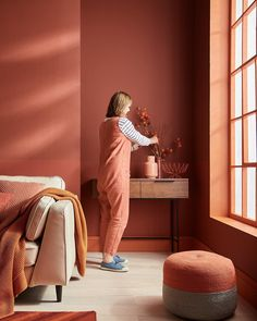 When people match places 🍊This combination of brilliant red and orange tones (featuring and the archived… Coral Bedroom, Bedroom Orange, Orange Walls, Beige Walls, Pink Walls, Red Feature Wall, Feature Wall Bedroom, Bedroom Wall, Farrow Ball