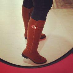 Nuevas botas altas super calientes con pelito por dentro, en dos colores: camel y negro. #lalola #lalolavilalba #invierno #winter #vilalba #villalba #lugo #quenotepilleelfrio #frio