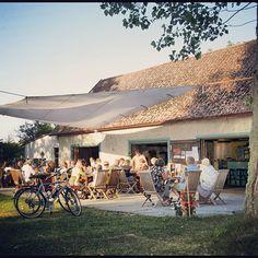Både Pensionat Grå gåsen och Gåsens lada är kända från tv tack vare TV4s Så mycket bättre. Framför allt är det ju ladan, där kändisarna äter sina måltider och framför varandras musik, som synts i rutan och den heter alltså Gåsens lada och är en restaurang som tillhör pensionatet. I den mysiga restaurangen med råa väggar, tjocka