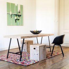 Eleganter Tisch aus Bauholz. Das Untergestell besteht aus zwei Trägern aus Stahl. Der Tisch ist erhältlich in verschiedenen Größen.