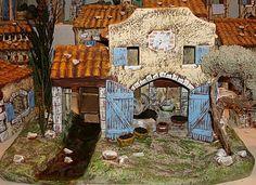 Le moulin à huile, c'est une réalisation très travaillée, outre le joli cadran solaire que l'on voitsur la façade, on distingue aussi le pressoir à olives et le moulin avec sa roue sur le côté et la végétation n'est pas oubliée avec l'oliver sur le côté.