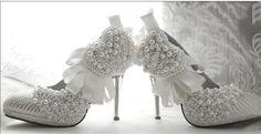Sapato de Noiva com Laços de Cetim e Pérolas