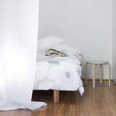 Vaikka asunnossasi ei ole valmista alkovia, voit luoda sellaisen myös itse! Kurkkaa vinkit tilan jakamiseen: http://www.olkkari.fi/itse-tehty-alkovi/
