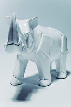 Modelo:  Rino papiroflexia  Descripción: Figura decorativa en fibra de vidrio, rinoceronte blanco tipo origami
