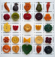 INTAGE BAKELITE REALISTIC BUTTONS/FLOWERS FRUIT HEARTS