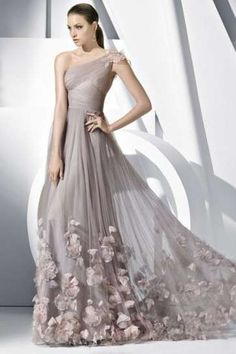 Hoy en Somos Novias queremos enamorarte una vez mas, es por eso que te traemos una hermosa selección de vestidos de novia que sin duda algu...