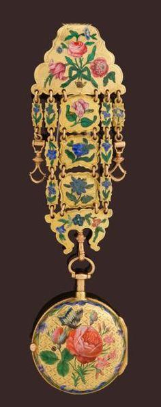 Très belle montre en or remarquablement émaillée signée AGERON à Paris, vers 1770. Elle porte le n° 362. Montre à sonnerie des heures et des quarts, le dos est émaillé d'une remarquable scène de roses et de boutons de roses avec un papillon des bleuets et des décors de rubans. La lunette avant est également émaillée de décors de fleurs et de rubans. Emaux champlevés. Le rehaut de cadran est finement ciselé et signé AGERON à 3heures. Le cadran est en émail, les aiguilles en laiton doré sertie...